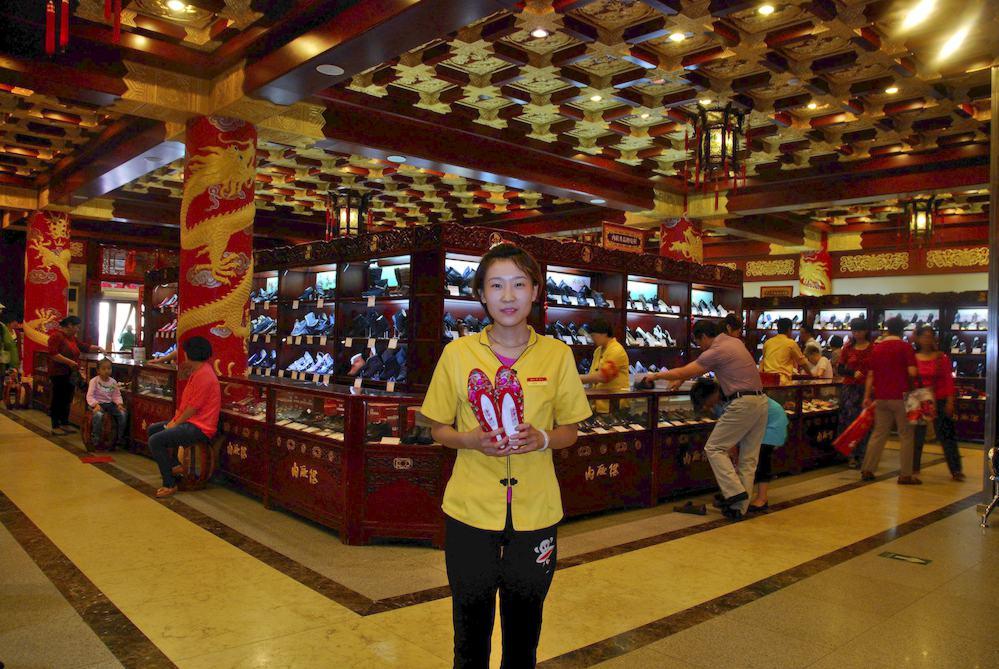 """10-Dependienta, Pekín. """"Vienen a comprar pequineses de toda la vida que confían en la calidad de la tienda"""""""