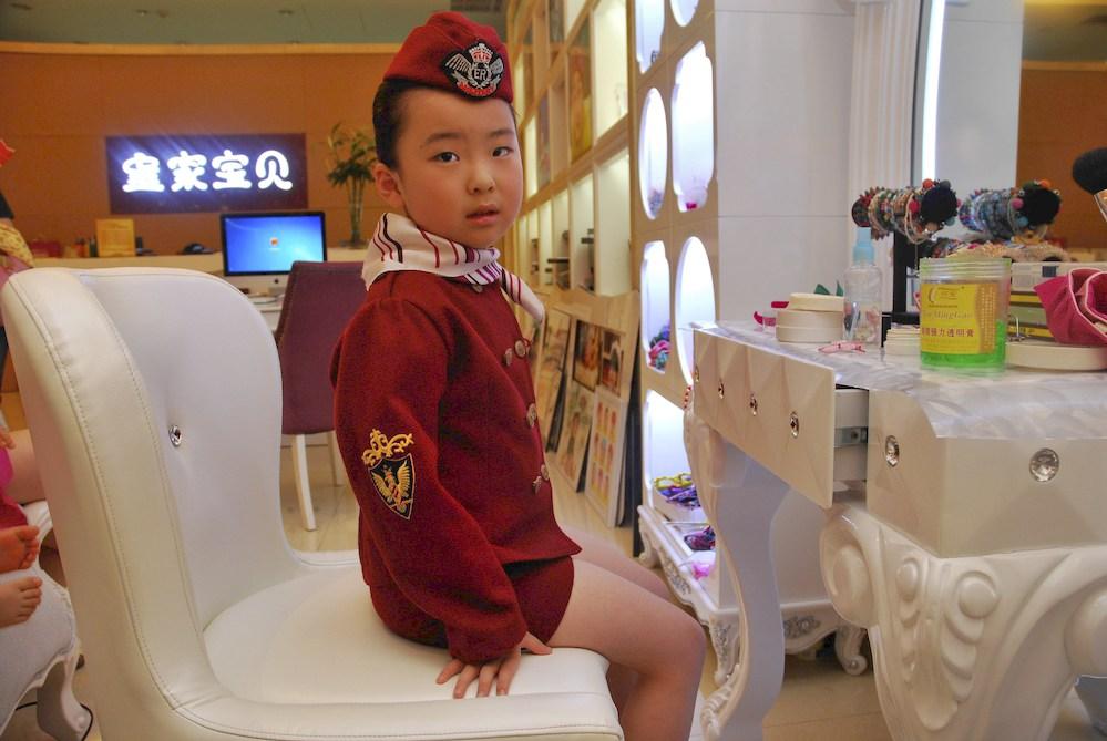 13-Grandes almacenes en el centro de Pekín. En la tienda se realizan fotos para niñas y niños con fondos recreativos