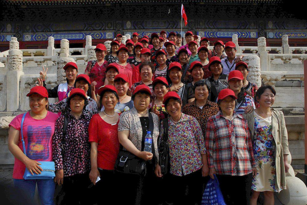 """14-Turistas jubiladas de la provincia de Liao Ning, a 500 km de Pekín. """"La felicidad es pasar un día detrás de otro y estar en armonía con la familia y las personas que nos rodean, eso mientras haya salud"""""""