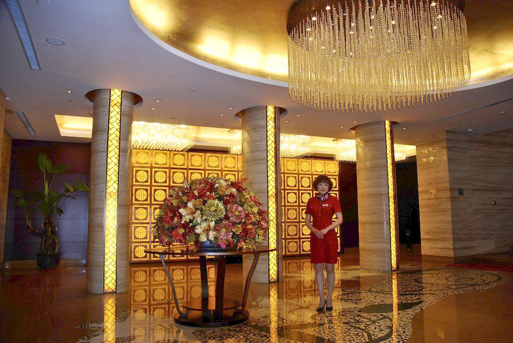 15-Lu Li Zhen, 23 años, recepcionista en el hotel Badaling, al lado de la muralla de  Badaling, Pekín