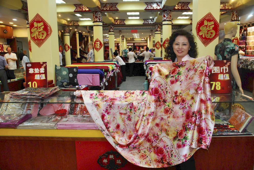 """19-Tienda de sedas en el centro de Pekín. """"Me gusta mi trabajo y valoro mi sueldo pero en la vida es imprescindible la salud y el amor"""""""