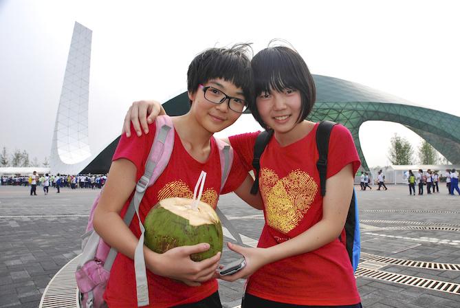 """20-Wáng Hè Dá y Zhú Jing Zhú, 12 años, estudiantes de secundaria, Pekín. """"Mi nombre Zhú Jing Zhú significa """"clara como un espejo y firme como el bambú"""""""