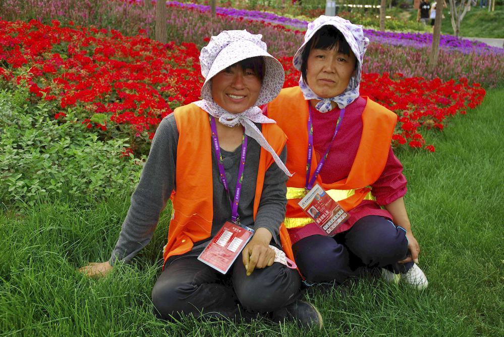 """22-Jardineras, Pekín """"Nuestro trabajo consiste en cortar la hierba, regar las flores y cuidar las peonias y las rosas"""""""