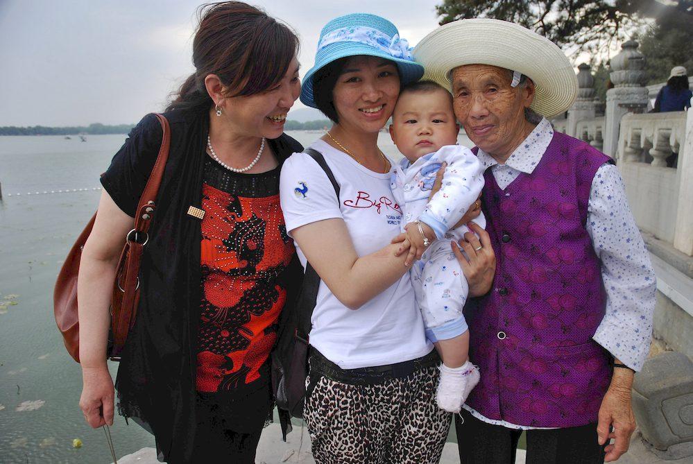 """4-Deng Shi Ping, 28 años con su hijita, su madre y su abuela, Pekín. """"Vivimos en Sichuan y hemos venido las cuatro solas a Pekín a visitar el Palacio de Verano y el Mausoleo de Mao"""""""