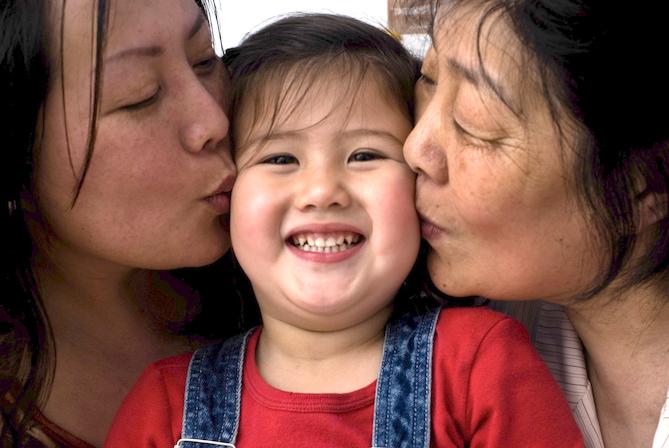 """5-Xue Yue, 64 años, periodista, con su hija y nieta. Ella escribe sobre la comunidad China en el semanario""""Ton Xin""""que se distribuye en Europa y China, Barcelona """"No me gusta la política"""""""