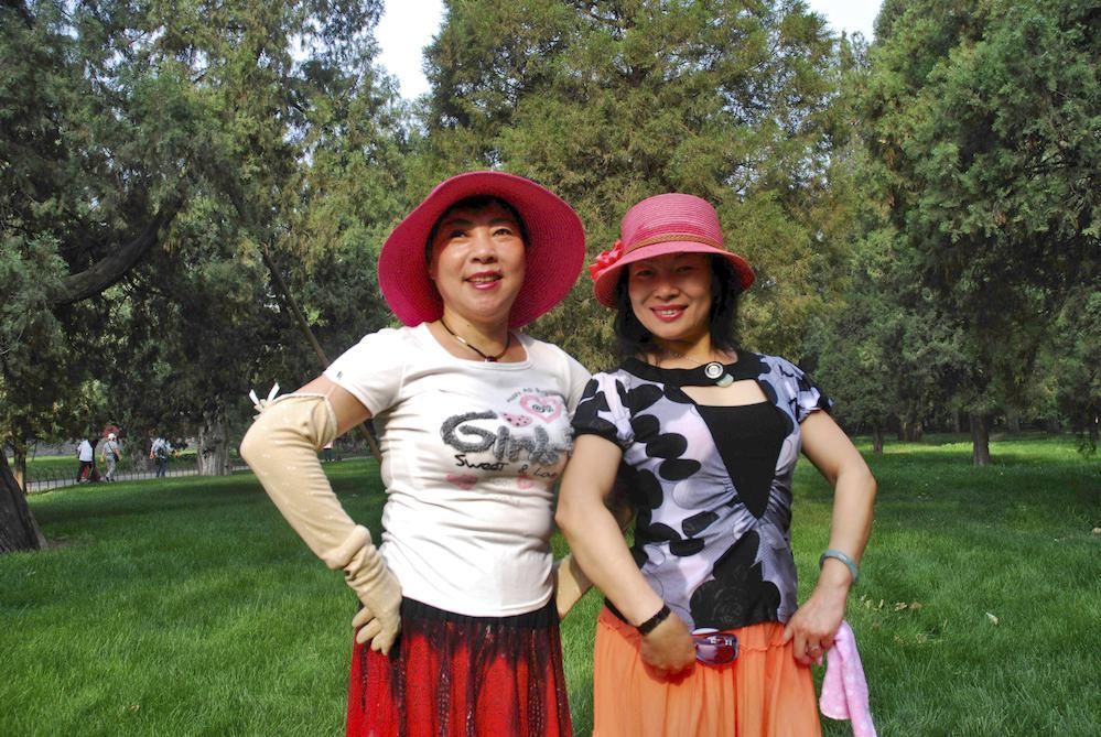 """9-Liang Nu Shi, 50 años y Zhao Nu Shi, 60 años, cajera y jubilada, Pekín.""""Venimos a bailar al parque del Templo del cielo cada día. Mientras danzamos nos olvidamos de todos los problemas"""""""